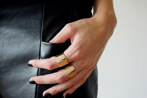 gold-barrel-rings-black-nail-polish-gigiandnini-style